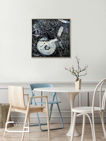 "Glanzvolle Hinterglasmalerei, Ulrike Rendle: ""Strandgut II"""
