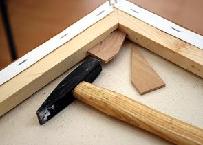 Holzkeile einbringen in Gemälde