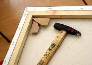 Keilrahmen spannen Holzkeile